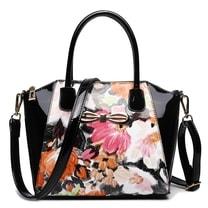 Moderní černá lakovaná kabelka s květy Miss Lulu