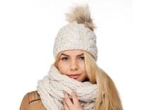 Zimní pletená čepice s bambulí